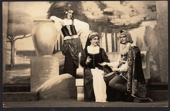 Foto: deutsche Kriegsgefangene spielen Theater (teilw. in Frauenkleidung) in einem amerikanischen Kriegsgefangenenlager in den USA, (c) Richard Weixler, Album: Amerikanische Kriegsgefangenschaft.