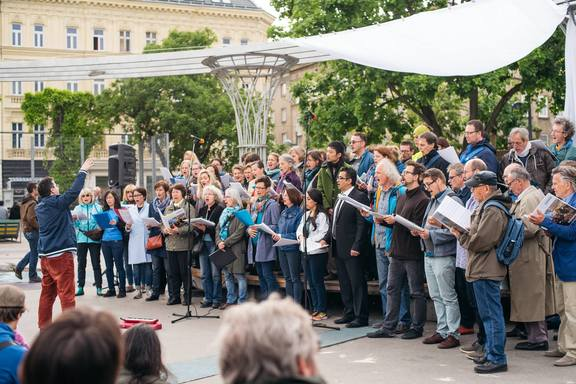 Am StraßenKunstFest - Brunnenchor / Foto: Igor Ripak