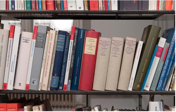 In Between. Besuch der Franz West Bibliothek