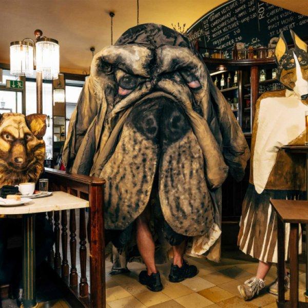 Hugo Canoilas, Im Café Walch, 2020, © Hugo Canoilas, Julie Monto und Elise Lammer, Foto: Klaus Pichler