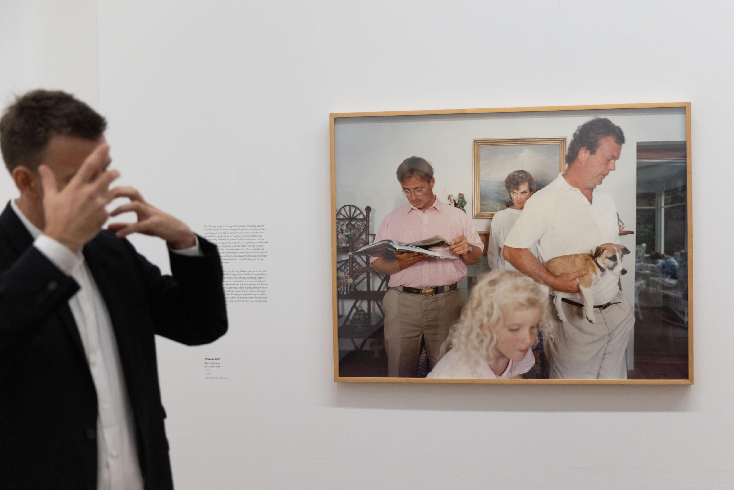 "eSeL Foto: Tina Barney ""The Landscape"" (1988) @ American Photography (bis 28.11.2021, Albertina)"
