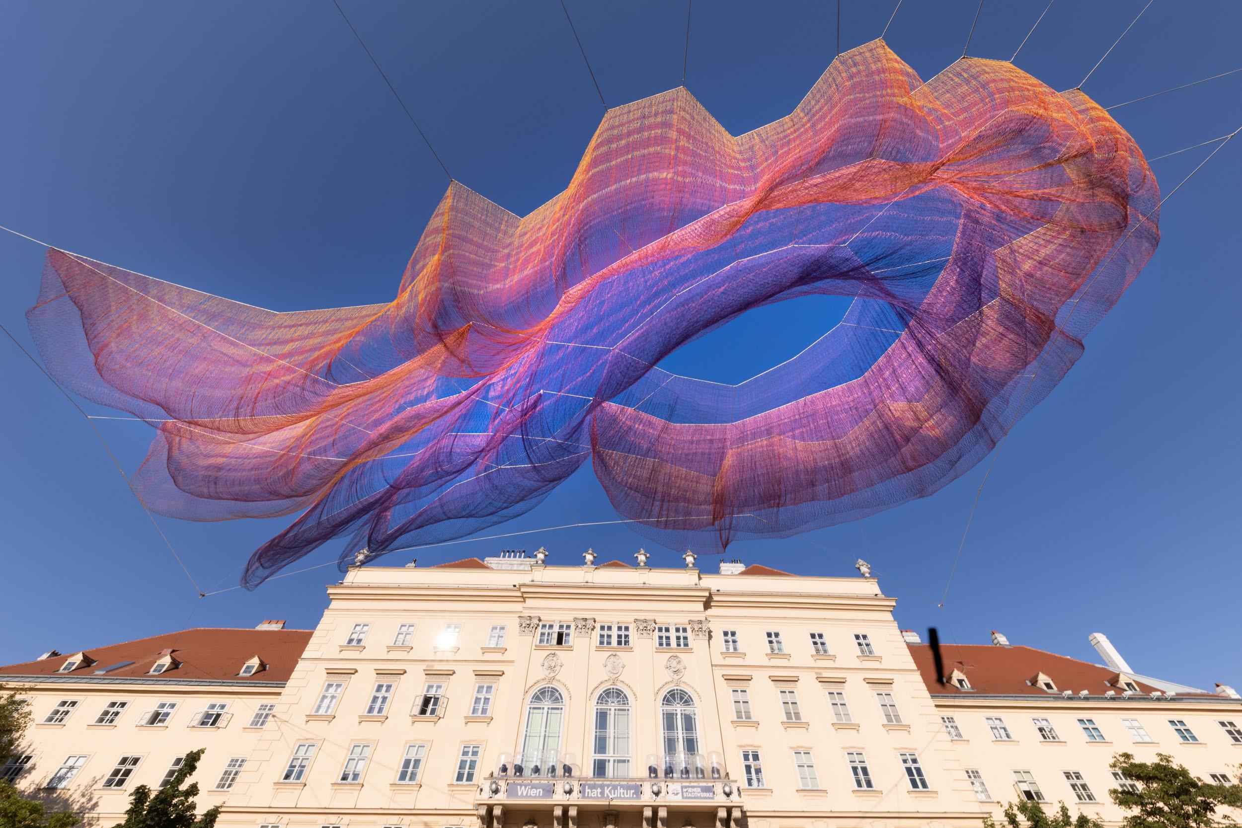 eSeL Foto: Janet Echelman - Earth Time 1.78 (Innenhof MuseumsQuartier Wien, seit 7.9.2021)