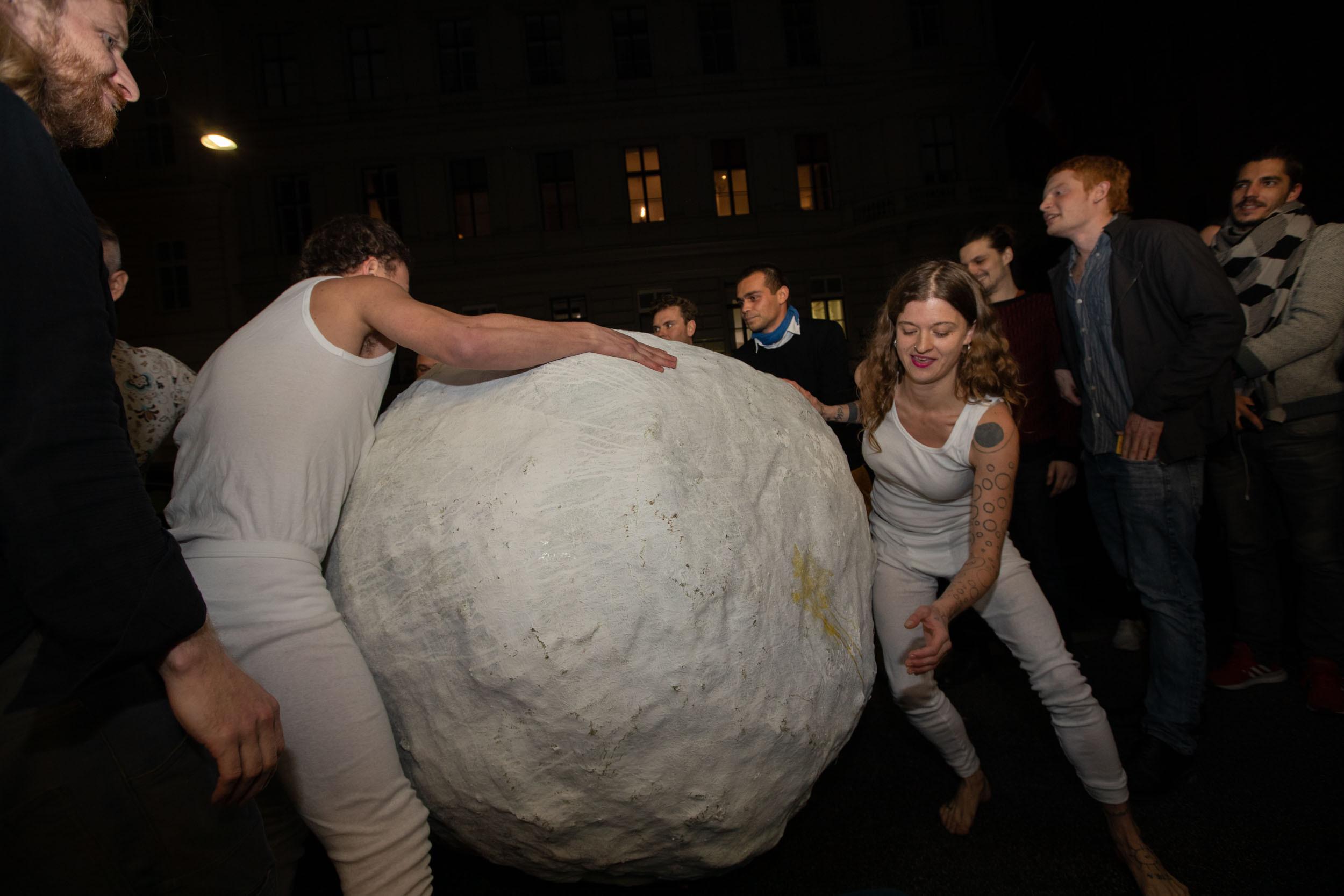 """foto.esel.at: Galerie Krobath: Performance Sophie Süßmilch & Vito Baumüller """"Kokon"""" (Vienna Art Week, 22.11.2019)"""