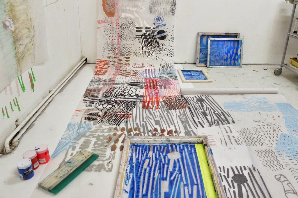 Im Studio bei der Arbeit mit Siebdrucken für Undoing Landscape, Foto: Anthia Loizou