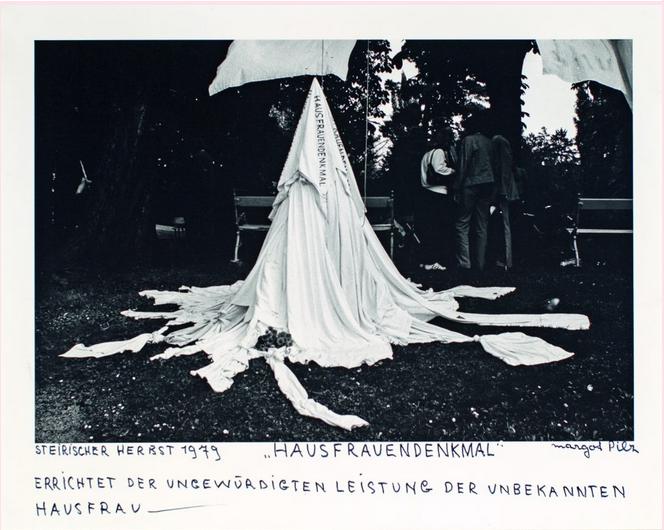 Margot Pilz, Hausfrauendenkmal, 1979, Courtesy die Künstlerin & Galerie 3