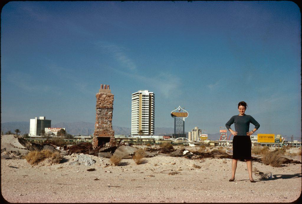 Denise Scott Brown vor der Skyline von Las Vegas, 1972  Bild: Foto: Robert Venturi