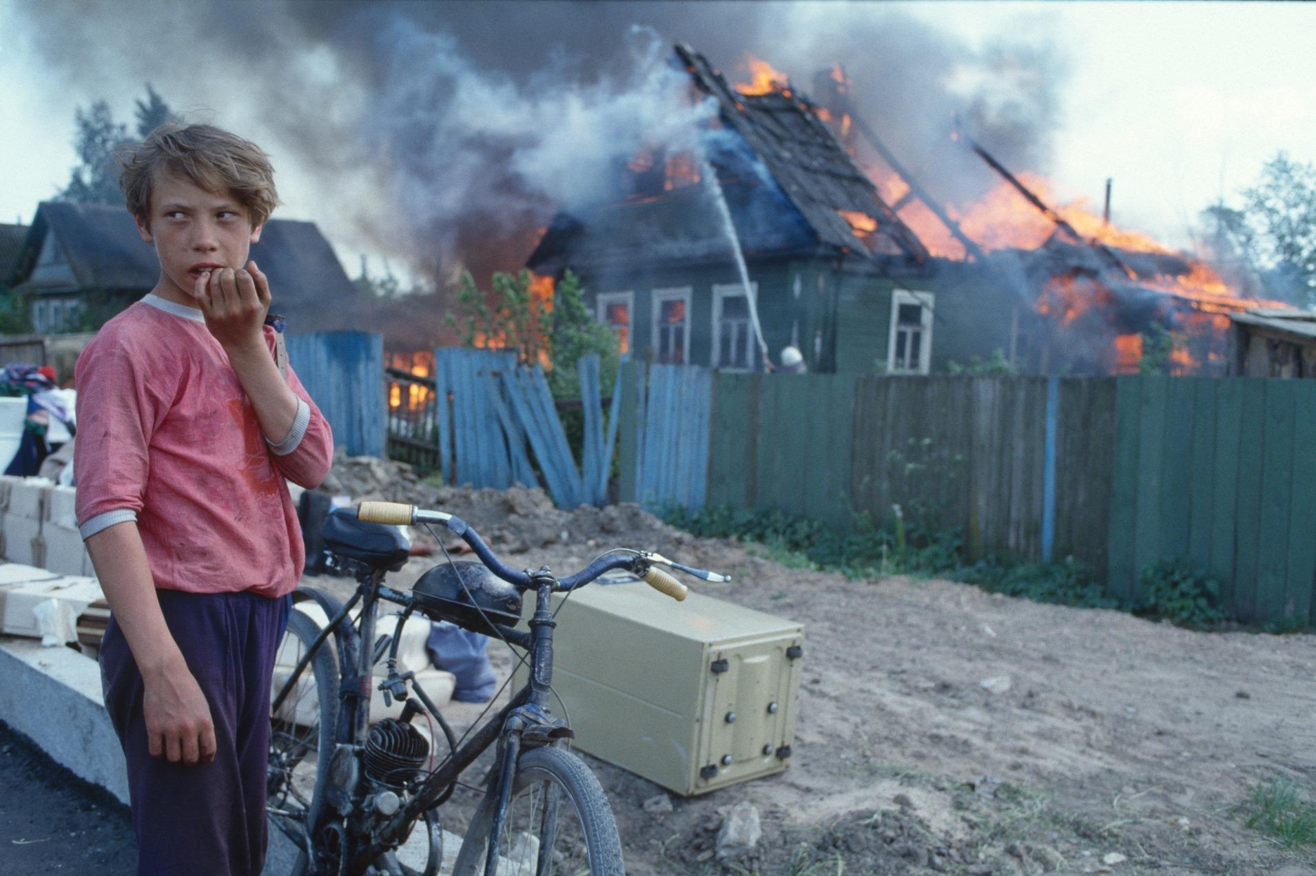 Axel Schön, Ohne Titel, aus der Serie: Feuer, Novgorod, 1993 © Courtesy Axel Schön